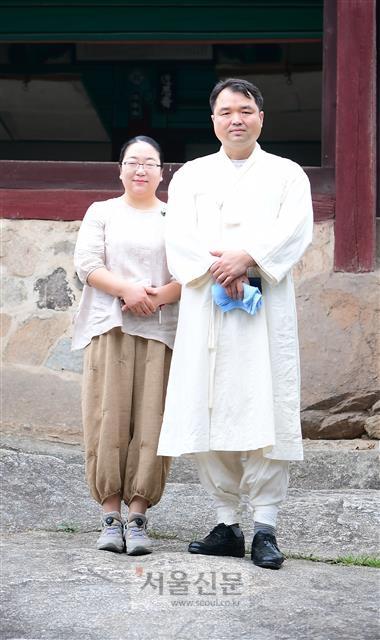 충재권벌 선생의 후손 권용철(오른쪽)·권재정 부부.