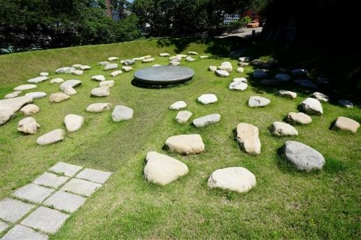 일본군 위안부 기억의 터에 설치된 세상의 배꼽 조형물.