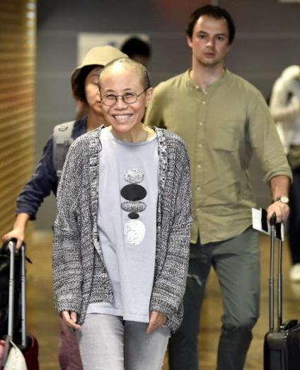 노벨평화상 수상자 류샤오보의 부인이자 중국의 저명한 인권운동가인 류샤가 10일(현지시간) 중국을 떠나 독일 베를린으로 가는 도중 중간 기착지인 핀란드 헬싱키 반타 국제공항에 환한 미소를 지으며 들어오고 있다. 헬싱키 로이터 연합뉴스