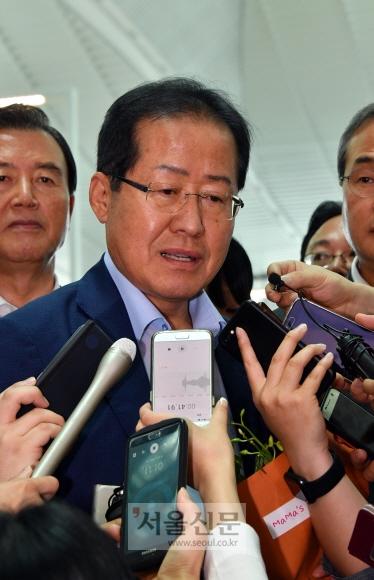 홍준표 전 자유한국당 대표가 11일 인천국제공항에서 미국으로 출국하기 전 기자들의 질문에 답하고 있다. 안주영 기자 jya@seoul.co.kr