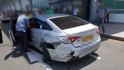 김해공항 사고로 파손된 택시 부산지방경찰청 제공