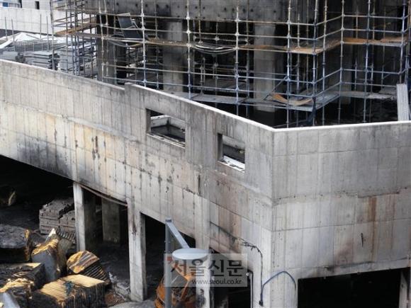 11일 세종시 새롬동 트리쉐이드 주상복합아파트 건물이 불에 검게 그을렸고 건물 사이로 시커멓게 탄 건축자재 등이 어지럽게 널려 있다.