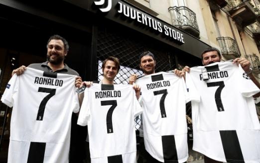 11일 이탈리아 토리노의 유벤투스 스토어를 찾은 팬들이 7번을 박아 넣은 호날두의 저지를 들어 보이고 있다. 토리노 AFP 연합뉴스