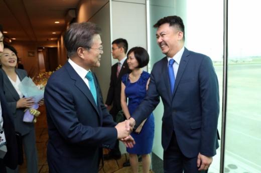 북·미회담 개최지서 환대  인도에 이어 싱가포르를 국빈 방문한 문재인 대통령이 11일 오후(현지시간) 싱가포르 창이국제공항에 도착해 입 웨이 키앗 주한 싱가포르대사의 영접을 받고 있다. 싱가포르 도준석 기자 pado@seoul.co.kr