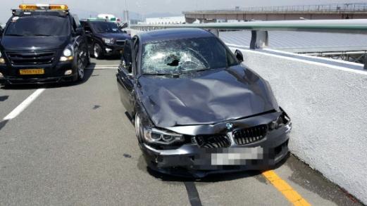 사고 충격으로 뚫려버린 앞유리  지난 10일 부산 김해공항 국제선 진입도로에서 질주하다 택시와 기사를 들이받으며 크게 파손된 BMW 승용차. 각종 인터넷 사이트에는 사고과정을 담은 블랙박스 영상이 공개돼 네티즌 사이에 분노를 자아내고 있다. 부산지방경찰청 제공