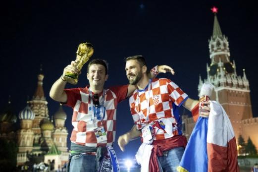 왜이리 좋노! 12일 새벽에 벌어진 러시아 월드컵 준결승에서 크로아티아가 잉글랜드를 2-1로 제압하자 크로아티아 축구팬들이 모형우승트로피와 국기를 들고 붉은광장에서 기뻐하고 있다. 2018-07-12 09: AP=연합뉴스