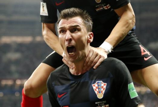 11일(현지시간) 러시아 모스크바 루즈니키 스타디움에서 열린 '2018 러시아 월드컵' 크로아티아와 잉글랜드의 준결승에서 크로아티아의 마리오 만주키치 연장 후반 4분에 결승골을 넣고 기뻐하고 있다. 크로아티아는 2-1로 승리해 결승에 진출했다. AP 연합뉴스