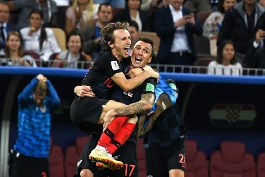 11일(현지시간) 러시아 모스크바 루즈니키 스타디움에서 열린 '2018 러시아 월드컵' 크로아티아와 잉글랜드의 준결승에서 결승골의 주인공 크로아티아 마리오 만주키치가 루카 모드리치를 안고 승리의 기쁨을 나누고 있다. 크로아티아는 2-1로 승리해 결승에 진출했다. AFP 연합뉴스