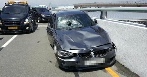김해공항 사고로 파손된 BMW차량  부산지방경찰청 제공