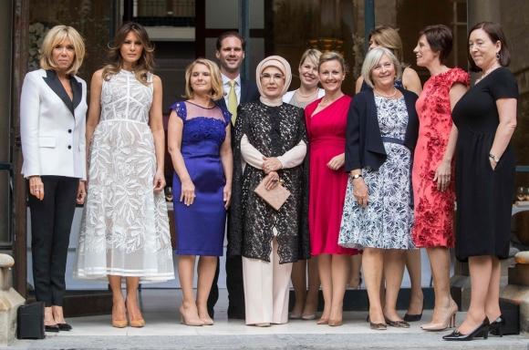 왼쪽부터 프랑스 퍼스트 레이디 브리지트 마크롱, 미국의 퍼스트 레이디 멜라니아 트럼프, 도날드 투스크 유럽연합(EU) 정상회의 상임의장의 부인 말고자타 투스크, 룩셈부르크 총리 배우자 고티에 데스테네이, 터키 퍼스트 레이디 에미네 이르도안, 에스토니아 총리 파트너 카린 라타스, 슬로베니아 총리 파트너 모이카 스트로프니크, 스웨덴 총리 파트너 울라 뢰프펜, 불가리아 대통령 부인 데시슬라바 라데프, 샤를 미셀 벨기에 총리의 부인 아멜리 데르바우드렝힌과 스톨텐베르그 북대서양조약기구(NATO) 사무총장의 부인 잉그리드 슈레루드가 나토 정상회의 만찬을 앞두고 포즈를 취하고 있다. 2018.7.12  AFP 연합뉴스