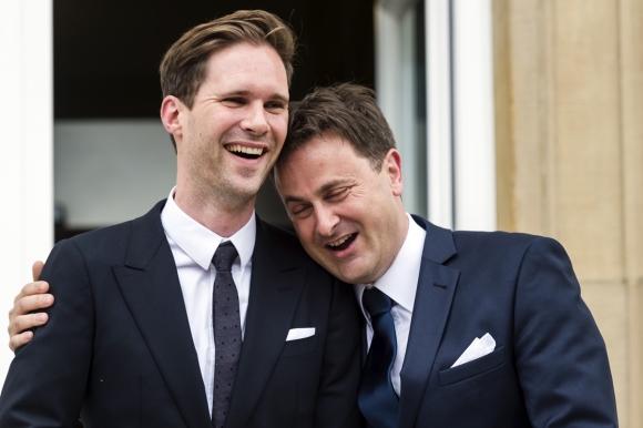 2015년 5월 15일 룩셈부르크 타운홀에서 결혼식을 올린 자비에르 베텔(오른쪽) 룩셈부르크 총리와 동성 남편 고티에르 데스테네이. 2015.5.15  AP 연합뉴스