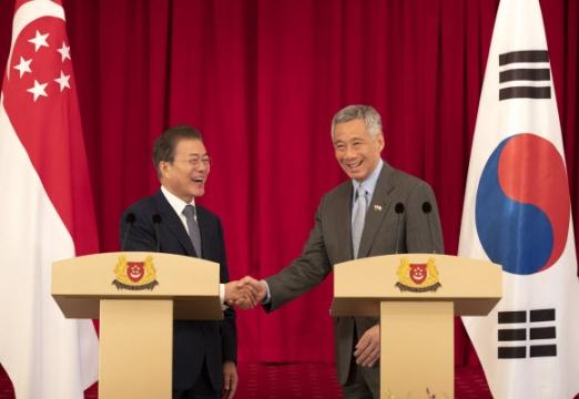 웃으며 악수하는 한·싱가포르 정상 싱가포르를 국빈 방문 중인 문재인 대통령과 리셴룽 총리가 12일 오후 대통령궁인 이스타나에서 한·싱가포르 공동언론 발표를 마치고 악수하고 있다. 2018.7.12  연합뉴스