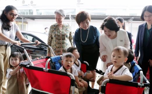12일 오전(현지시간) 싱가폴을 국빈방문 중인 김정숙(오른쪽 두 번째) 여사가 싱가폴 리센룽 총리 부인 호칭 여사(네 번째)와 함께 이네이블링 빌리지(Enabling Village)를 방문해 아이들을 바라보고 있다. 2018. 7. 12 도준석 기자 pado@seoul.co.kr