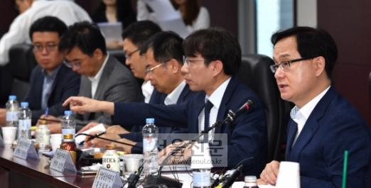 강성천(오른쪽) 산업통상자원부 통상차관보가 12일 서울 종로구 무역보험공사에서 열린 미·중 무역분쟁 실물경제 대응반 회의에서 모두 발언을 하고 있다. 민관이 공동으로 참여하는 회의는 지난 6일 무역분쟁이 본격화된 이후 이날이 처음이다.  박지환 기자 popocar@seoul.co.kr