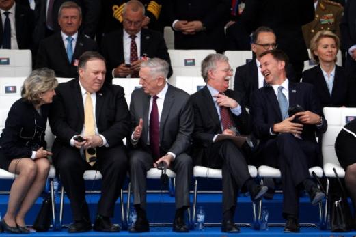 11일(현지시간) 벨기에 브뤼셀에서 열린 나토(북대서양조약기구) 정상회의 회의장에서 도널드 트럼프 미국 대통령을 보좌해 참석한 마이크 폼페이오(왼쪽 두 번째) 국무장관이 제임스 매티스(세 번째) 국방장관과 심각한 표정으로 대화하고 있다. 대조적으로 그 옆에서는 존 볼턴(네 번째) 미 백악관 국가안보보좌관과 제러미 헌트(다섯 번째) 영국 외무장관이 대화 중 파안대소하고 있다.  브뤼셀 AFP 연합뉴스