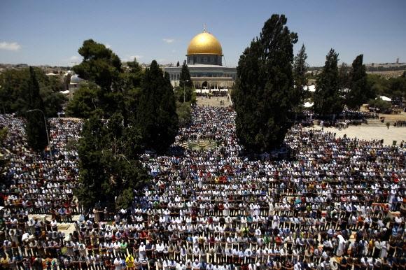 이슬람 라마단의 첫 금요일을 맞은 지난 19일(현지시간) 동예루살렘 구시가지에 자리한 알아끄사 모스크(이슬람 사원)에서 팔레스타인 무슬림 수만명이 모여 기도회를 열고있다. 2015.6.19  예루살렘 신화 연합뉴스