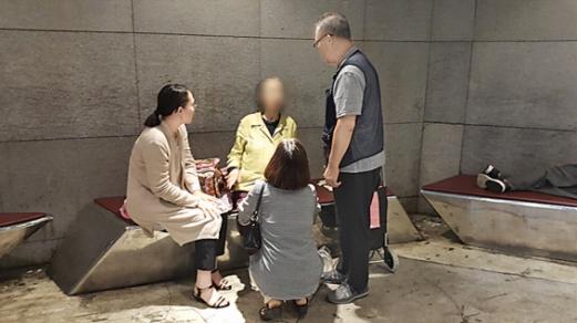 지난달 13일 오전 7시쯤 서울 지하철 2호선 신촌역의 현대백화점 연결 통로에서 노숙인 원모(왼쪽 두 번째)씨가 가족들과 12년 만에 만나는 모습.  경찰청 제공