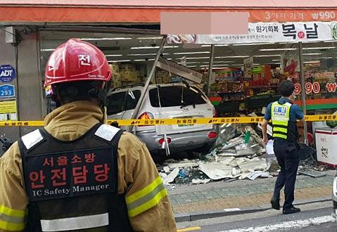 슈퍼마켓 들이받은 車… 2명 숨지고 7명 부상  12일 오후 5시 39분쯤 김모(72)씨가 운전하던 싼타페 승용차가 서울 광진구 구의동 아차산역 사거리 인근 이면도로의 슈퍼마켓을 부수고 들어가 멈춰 서 있다. 앞서 김씨의 차량은 이면도로를 빠른 속도로 질주하며 주차된 아반떼 승용차, 행인들을 잇따라 들이받았다. 이 사고로 2명이 숨지고 7명이 다쳤다. 경찰은 김씨가 음주 상태에서 운전했을 가능성에 무게를 두고 사고 원인을 조사하고 있다.  연합뉴스