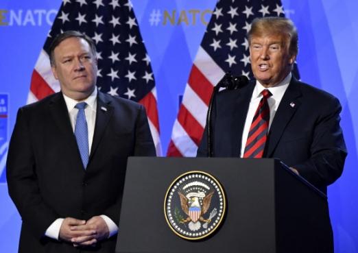 """트럼프와 폼페이오 도널드 트럼프 미국 대통령(오른쪽)이 12일(현지시간) 벨기에 브뤼셀에서 이틀간의 북대서양조약기구(NATO?나토) 정상회의에 참석한 뒤 마이크 폼페이오 미국 국무장관이 지켜보는 가운데 기자회견을 하고 있다. 트럼프 대통령은 이 자리에서 한반도 비핵화 협상을 총괄하는 폼페이오 장관에 대해 """"그는 (북한과) 매우 잘 지내고 있고, 그곳에서 일을 잘하고 있다""""고 말했다. 2018.7.13  AP 연합뉴스"""