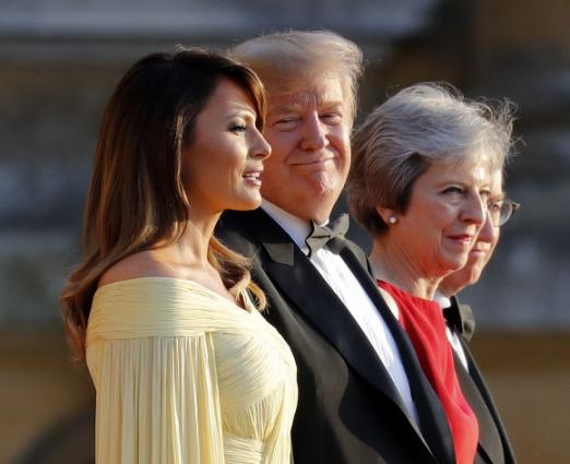12일(현지시간) 영국 잉글랜드 옥스퍼드셔 우드스톡 블레넘 궁전에 열린 환영만찬에 앞서 도널드 트럼프(왼쪽 두 번째) 미국 대통령과 부인 멜라니아(왼쪽) 여사가 테레사 메이 영국 총리와 남편 필립 메이와 기념촬영을 하고 있다. AP 연합뉴스