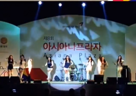 '아시아나 바자회&프라자' 행사에서 여성 승무원들이 걸그룹 소녀시대의 'Oh!'에 맞춰 춤을 추고 있다. 아시아나 직원 제공