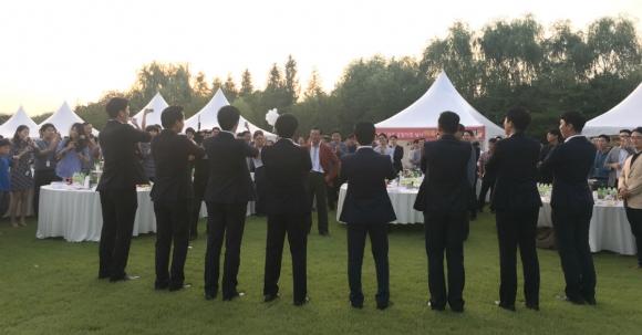 아시아나가 매년 9월 여는 '아시아나 바자회&프라자'에서 직원들이 박삼구 회장(가운데) 앞에서 율동을 선보이고 있다. 아시아나항공 직원 제공
