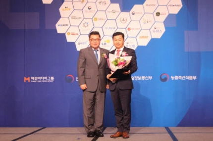DK도시개발의 김정태 상무 (사진 오른쪽) 가 「2018 소비자평가 국가대표브랜드 대상」 도시개발부문 대상을 수상했다.