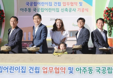 - 김정태(왼쪽 두 번째) 하나금융지주 회장과 변광용(네 번째) 거제시장이 국공립 어린이집 건립 지원을 위한 업무협약식에서 기념촬영을 하고 있다. 하나금융지주 제공