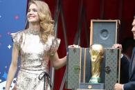 월드컵 트로피의 '명품' 철통 보안…루이비통에 담아 경호원 2명 지켜