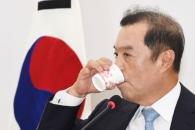 [서울포토] 갈증나는 김병준 자유한국당 비대위원장