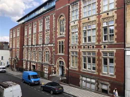 어니스트 토머스 베델이 1885~1888년까지 다녔던 브리스톨의 '머천트 벤처러스 스쿨' 건물. 이 학교는 산업현장 인력을 양성하고자 세워진 것으로 오늘날 전문대학 수준의 교육과정을 제공했다. 현재는 내부 리모델링을 거쳐 주거 용도로 쓰이고 있다.