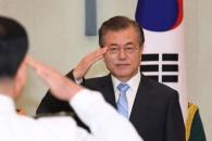 [서울포토] 거수경례하는 문재인 대통령