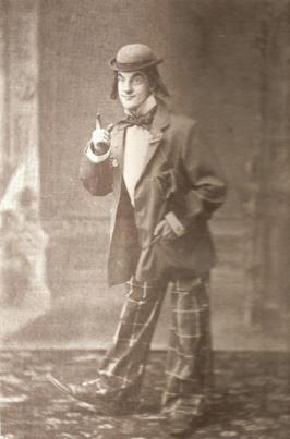 토머스 어니스트 베델이 23살 때인 1895년 11월 2일에 찍은 사진. 그의 생일(11월 3일)에 맞춰 친지들과 모인 자리에서 코믹송을 부르고자 무대의상을 입고 분장한 것으로 추측된다. 대한매일신보를 통해 일제와 투쟁하던 그의 모습과 다른 일면을 보여 준다.  정진석 교수 제공