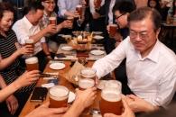 문 대통령, 퇴근길 시민들과 '깜짝 만남'…맥주 마시…