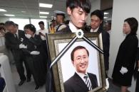[서울포토] 의원회관 사무실 둘러보는 故 노회찬 의원…