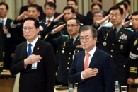 [서울포토] 국민의례하는 문 대통령과 송영무 국방