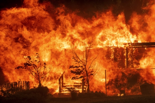 미국 캘리포니아주 북부에서 발화한 대형 산불이 급속도로 번지고 있는 가운데 31일(현지시간) 레이크 포트에 위치한 집이 불타고 있다. AP 연합뉴스