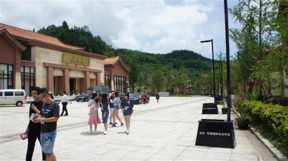 중국 구이저우성 판저우시 퉈러 마을은 회의장(왼쪽)과 맞은편 호텔을 갖추고 국제 포럼 도시로 거듭나고 있다.  판저우시 아세안센터 제공