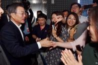 [서울포토] '인기 만점' 문 대통령, 시민들과 인사