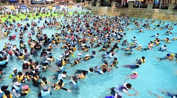 본격적인 휴가철이 시작된 29일 용인 캐리비안베이를 찾은 피서객들이 물놀이를 즐기고 있다. 2018.7.29  정연호 기자 tpgod@seoul.co.kr