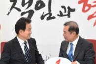 [서울포토] 정동영 대표와 대화하는 김병준 비대위원장…