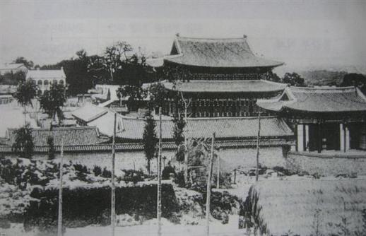 1904년 화재가 나기 전 경운궁의 정전(왕이 나와서 조회를 하고 정사를 하던 궁전)인 중화전의 모습. 다른 정전과 마찬가지로 2층으로 지어져 있으나 1904년 화재 발생 후 지금의 단층 건물로 재건했다.