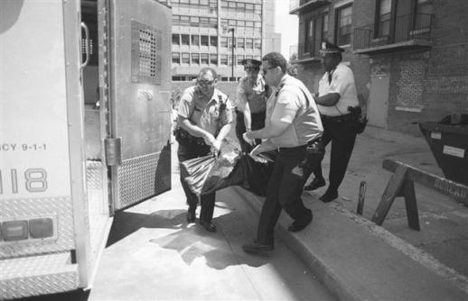 미국 시카고 경찰들이 폭염으로 숨진 시신을 들것에 실어 구급차로 옮기고 있다. 글항아리 제공