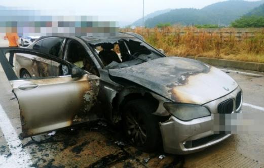 리콜 대상 아닌 프리미엄車까지… BMW 하루에 2대 화재  제품 결함 논란으로 리콜이 진행 중인 BMW 차량에서 9일에만 또 두 대나 화재가 발생했다. 이날 오전 7시 50분쯤 경남 사천시 남해고속도로를 달리던 BMW 730Ld에서 화재가 발생했다. 불은 차를 전소시키고 수분 만에 꺼졌다.  연합뉴스 경남경찰청 제공