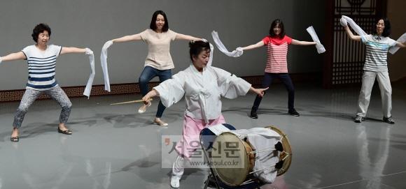 '봉산탈춤 배우기'에 참가한 교사들이 강사의 시범에 맞춰 흥겨운 춤사위를 배우고 있다(한국문화재재단).