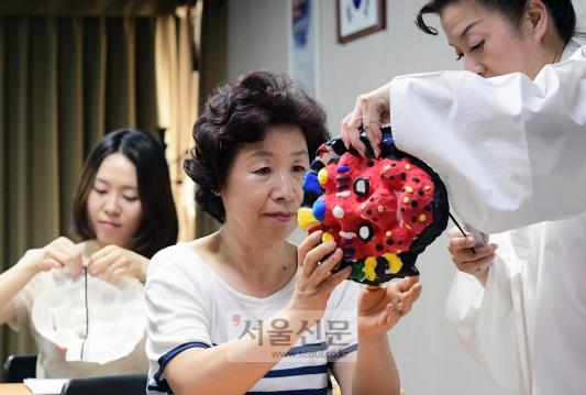 '봉산탈춤 배우기'에 참가한 교사들이 양반춤에 쓸 자신만의 탈을 클레이를 이용해서 직접 만들어 보고 있다.(한국문화재재단)