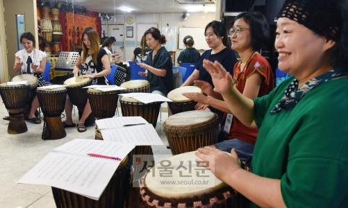 젬베 연주를 배우는 교사들이 악기를 두들기며 흥을 돕고 있다. (장단악협회)