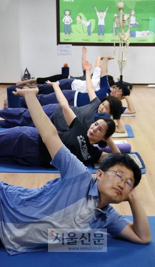 몸의 균형을 바로잡아 마음의 여유를 찾으려는 교사들 몸펴기생활운동 프로그램에 참여해서 기본동작을 익히고 있다. (몸펴기생활운동협회)