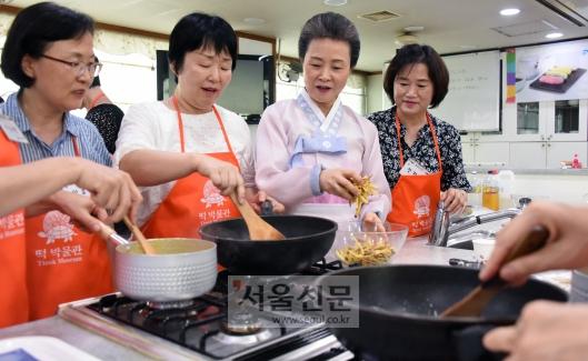 '한국의 다과상'을 수강하는 교사들이 윤숙자 한국전통음식연구소장으로부터 요리 팁을 전달받고 있다. (한국전통음식연구소)