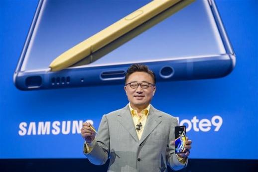 9일(현지시간) 미국 뉴욕 바클레이즈센터에서 열린 갤럭시노트9 공개 행사에서 고동진 삼성전자 대표이사 사장이 제품에 대해 설명하고 있다.  삼성전자 제공
